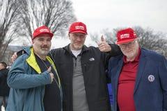 Hombres con los sombreros del lema durante la inauguración de Donald Trump fotos de archivo libres de regalías