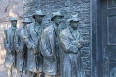 Hombres de bronce de las estatuas que esperan en línea para conseguir la comida durante la Gran Depresión #1 imagenes de archivo