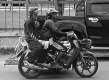 Hombres de entrega tailandeses del hielo Imagen de archivo libre de regalías