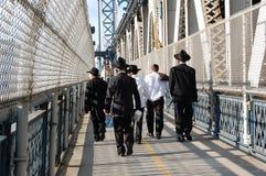 Hombres de Hassidic en la calzada del puente de Manhattan, Nueva York Imágenes de archivo libres de regalías