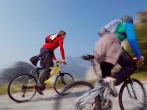 Hombres de la bici de montaña Fotos de archivo libres de regalías