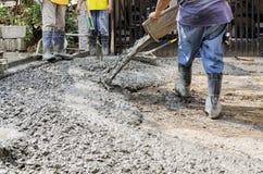 Hombres de la construcción que vierten el cemento Imagen de archivo libre de regalías