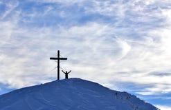 Hombres de montañas de la escena del invierno activos fotos de archivo