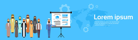 Hombres de negocios árabes de la presentación Flip Chart Finance, mapa del mundo árabe del grupo de Team Training Conference Musl Imagen de archivo libre de regalías