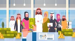 Hombres de negocios árabes del grupo del líder de Giving Salary In del dólar de Boss Hand Hold Money de los empresarios del equip Fotos de archivo