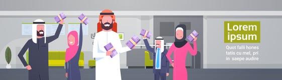 Hombres de negocios árabes del grupo de las pilas de la tenencia de concepto euro de Team Of Winner Finance Success de los musulm Foto de archivo