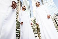 Hombres de negocios árabes que pasan junto Fotos de archivo