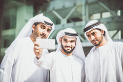 Hombres de negocios árabes que pasan junto Imagen de archivo libre de regalías
