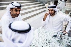 Hombres de negocios árabes que pasan junto Fotografía de archivo libre de regalías
