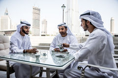 Hombres de negocios árabes que pasan junto Fotos de archivo libres de regalías