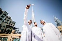 Hombres de negocios árabes que pasan junto Foto de archivo libre de regalías