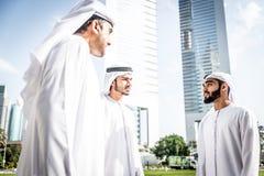 Hombres de negocios árabes que pasan junto Imágenes de archivo libres de regalías