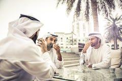 Hombres de negocios árabes que pasan junto Fotografía de archivo