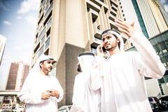 Hombres de negocios árabes que pasan junto Foto de archivo