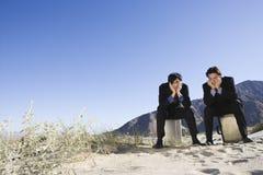 Hombres de negocios aburridos en desierto fotografía de archivo libre de regalías