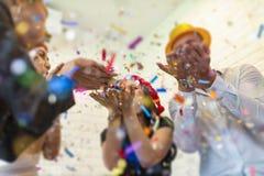 Hombres de negocios de acertado con champán de consumición, a que habla Foto de archivo