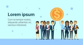 Hombres de negocios acertados del éxito de Team Holding Golden Coin Finance sobre fondo con el espacio de la copia Foto de archivo libre de regalías