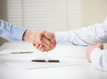 Hombres de negocios acertados que hacen el acuerdo Imágenes de archivo libres de regalías