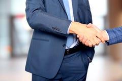 Hombres de negocios acertados que sacuden las manos en la reunión Foto de archivo libre de regalías