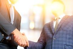 Hombres de negocios acertados que sacuden las manos en la reunión Fotografía de archivo libre de regalías