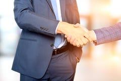 Hombres de negocios acertados que sacuden las manos en la reunión Imágenes de archivo libres de regalías