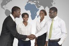 Hombres de negocios africanos del mapa del mundo imagen de archivo