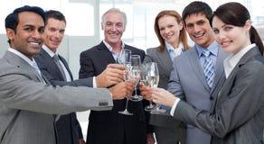 Hombres de negocios alegres que celebran un éxito Fotografía de archivo libre de regalías