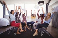 Hombres de negocios alegres que lanzan los papeles en oficina creativa Fotografía de archivo libre de regalías