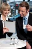 Hombres de negocios alegres que usan la tableta digital imágenes de archivo libres de regalías