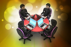 Hombres de negocios alrededor de una tabla que mira los ordenadores portátiles Foto de archivo libre de regalías