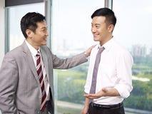 Hombres de negocios asiáticos Fotos de archivo