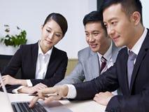 Hombres de negocios asiáticos