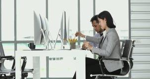 Hombres de negocios asiáticos en oficina almacen de metraje de vídeo