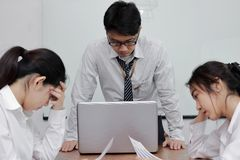 Hombres de negocios asiáticos jovenes subrayados deprimidos que sufren de problema severo durante la reunión en oficina Fotos de archivo libres de regalías