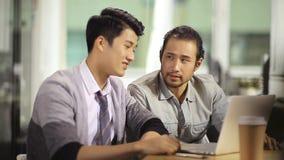 Hombres de negocios asiáticos que celebran éxito y el logro almacen de metraje de vídeo