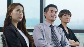 Hombres de negocios asiáticos que escuchan la presentación