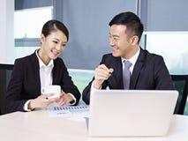 Hombres de negocios asiáticos Imagenes de archivo