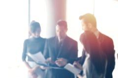 Hombres de negocios borrosos en interior de la oficina con el espacio para el fondo o el diseño de la bandera Fotos de archivo