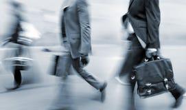 Hombres de negocios borrosos movimiento que caminan en la calle fotos de archivo libres de regalías