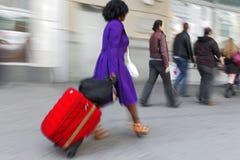 Hombres de negocios borrosos movimiento que caminan en la calle imagenes de archivo