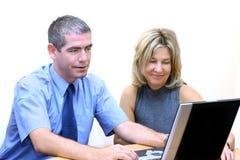 Hombres de negocios - búsqueda del Internet Fotos de archivo libres de regalías
