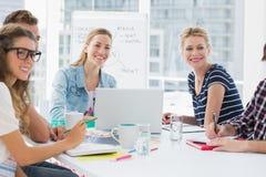 Hombres de negocios casuales alrededor de la mesa de reuniones en oficina Imagen de archivo libre de regalías