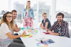 Hombres de negocios casuales alrededor de la mesa de reuniones en oficina Foto de archivo