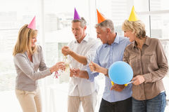 Hombres de negocios casuales que tuestan y que celebran cumpleaños imagen de archivo libre de regalías