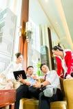Hombres de negocios chinos asiáticos que se encuentran en pasillo del hotel Imágenes de archivo libres de regalías