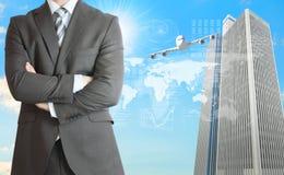 Hombres de negocios con el aeroplano, los rascacielos y el mundo Imagen de archivo libre de regalías