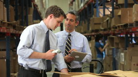 Hombres de negocios con el escáner y la tableta de Digitaces