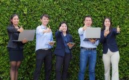 Hombres de negocios con hacer frente a concepto corporativo de la conexión del dispositivo de Digitaces Fotografía de archivo libre de regalías