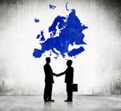 Hombres de negocios con la cartografía de Europa stock de ilustración