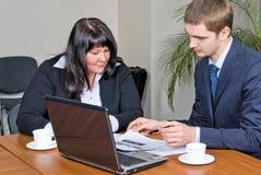 Hombres de negocios con la computadora portátil Foto de archivo libre de regalías